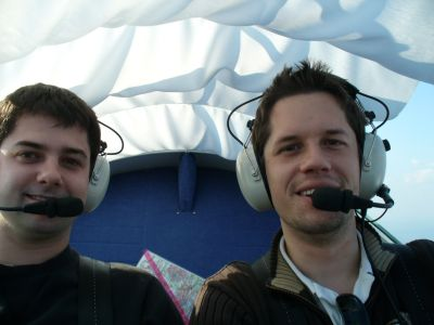 Mein Bruder und ich im Cockpit des Breezer