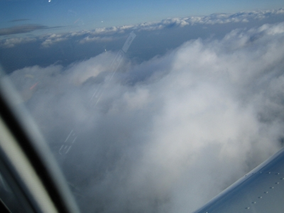 über den Wolken auf 6.500 ft